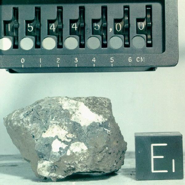 Apollo 15 görevinde bulunan yeşilimsi kaya.