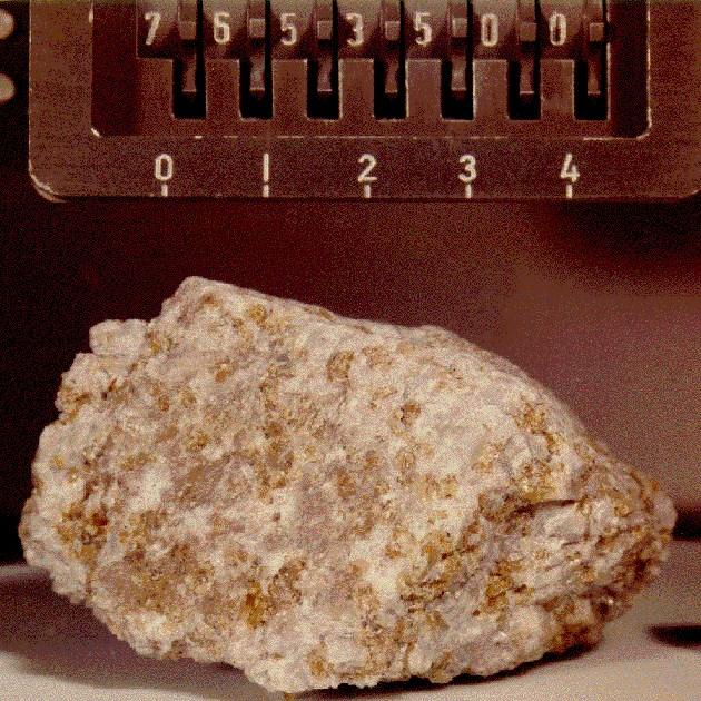 Apollo 17 görevinde bulunan turuncuya kaçan kaya.