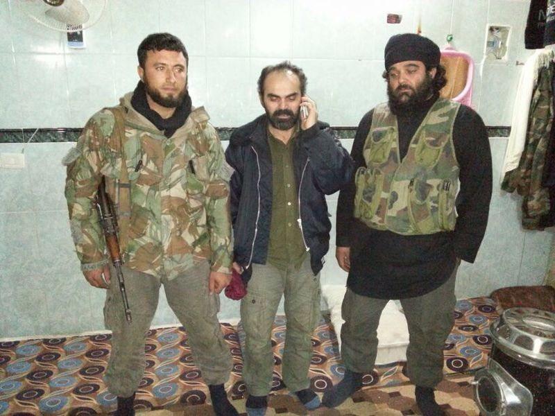 Aygün, kurtarılmasını sağlayan 'İslam Cephesi' üyeleriyle birlikte