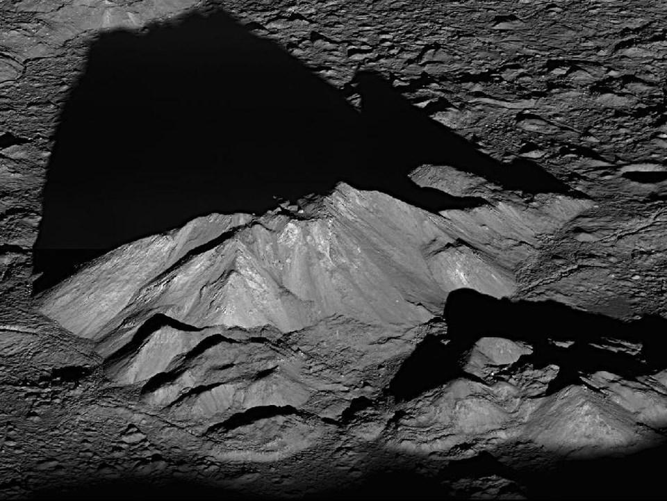 Ay'ın güneyinde yer alan 86 km genişliğindeki Tycho kraterindeki mineral tepeleri.