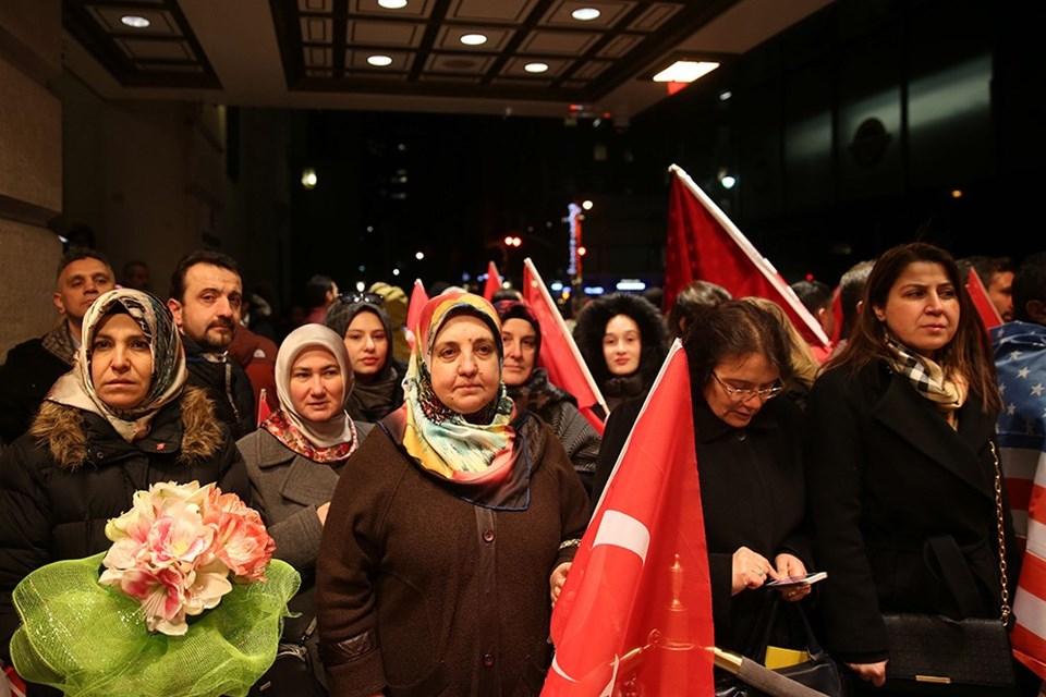 Bakan Kaya, kendisine destek vermek için toplanan Türk vatandaşları tarafından coşkuyla karşılandı