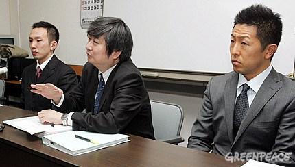 Junichi Sato (solda), Toru Suzuki (sağda), ve avukatları, Yuichi Kaido (ortada) Aomori Yerel Mahkemesindeki ilk ön duruşma öncesi basına bilgi verirken - 2009.