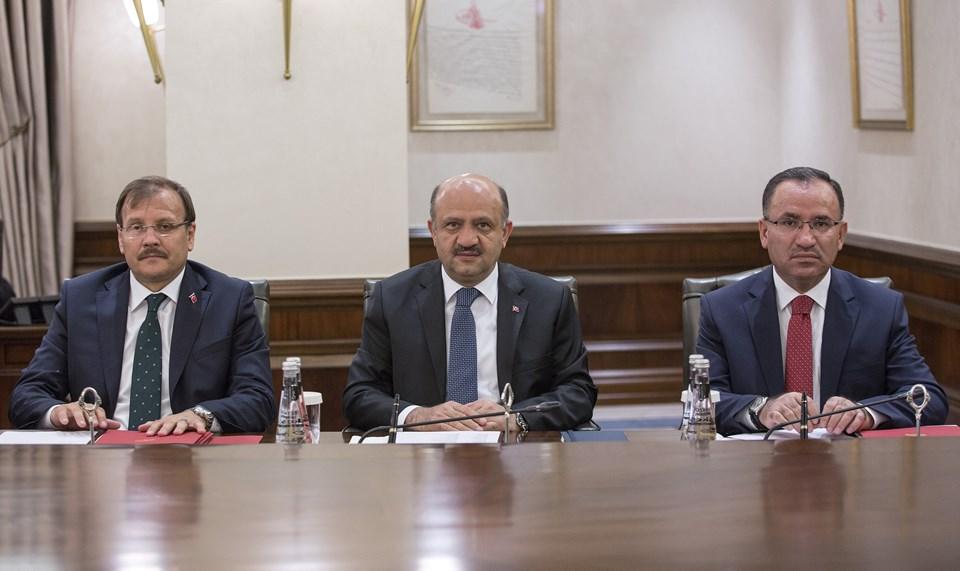 Başbakan Yardımcıları Bekir Bozdağ (sağda), Fikri Işık (ortada) ve Hakan Çavuşoğlu (solda)