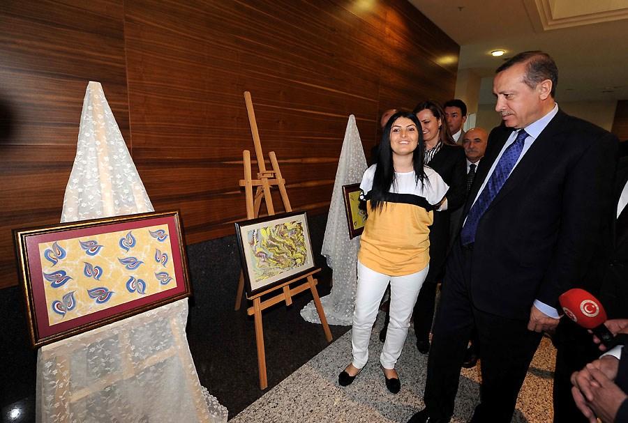 Başbakan'ı şaşırtan engelli ressam
