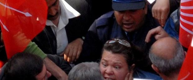 Baykal yakasından tutan kadını boynundan itti