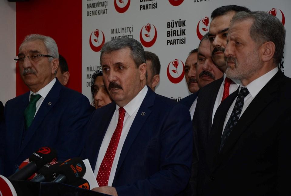 BBP Genel Başkanı Mustafa Destici (ortada)