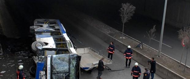 Belediye otobüsü alt geçide düştü