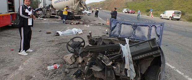 Beton mikseriyle otomobil çarpıştı: 5 ölü