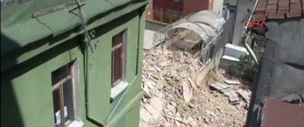 Beyoğlu'da bina çöktü