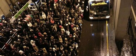 Binlerce kişi metrobüse akın etti