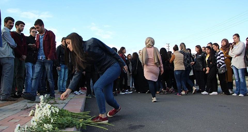 Öğrenciler, Dilay Gül'ün öldürüldüğü yere karanfiller bıraktılar.