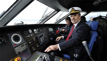 Recep Altepe, deniz otobüsünün kaptan köşkünde gazetecilere poz verdi.
