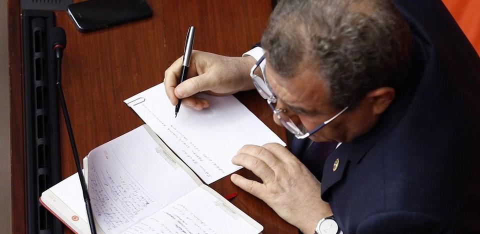 Muammer Güler, konuşmasında kullanacağı ifadeleri not alırken objektiflere takılmıştı.