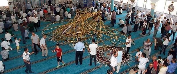 Cami cemaatinin üzerine avize düştü