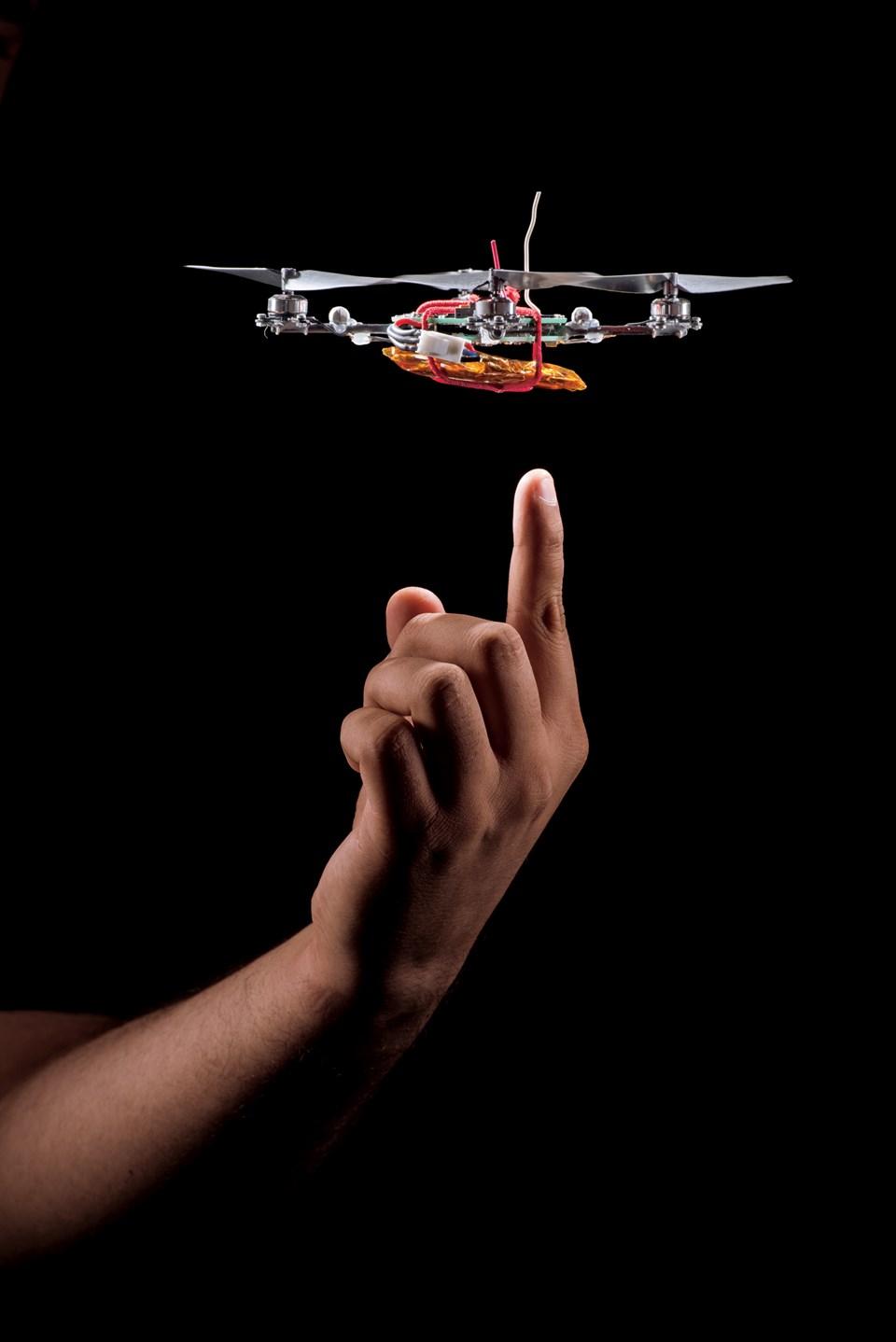 """Pensilvanya'daki KMel Robotics'in yaptığı dört rotorlu bu """"mikro hava aracı"""" emsalleriyle birlikte sürü halinde uçabiliyor. Casus uçaklar kendi başlarına, pilot olmadan yol alabiliyor (Büyütmek için tıklayın)."""