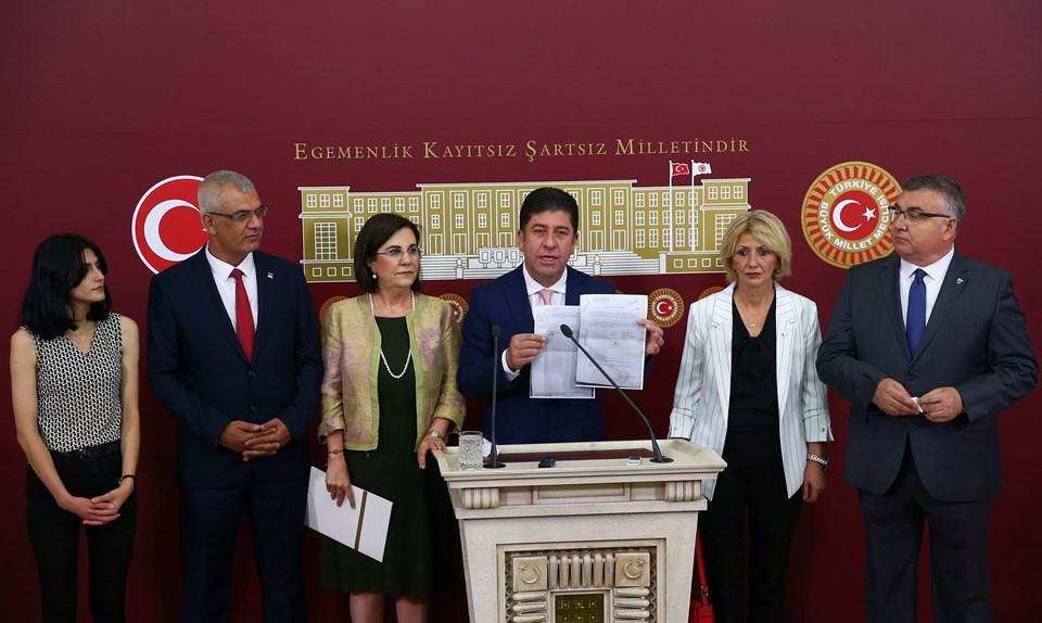 Tüzün, konuşması sırasında kurultay için toplanan imzaları gösterdi.