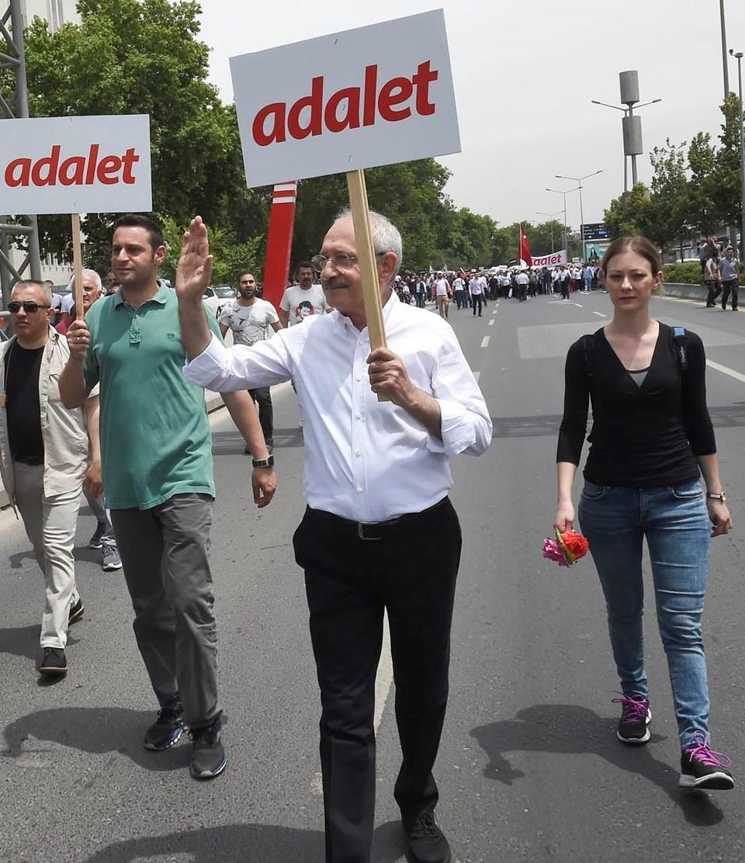 Yürüyüşte Kılıçdaroğlu'na oğlu Kerem ve müstakbel gelini Mine eşlik ediyor.