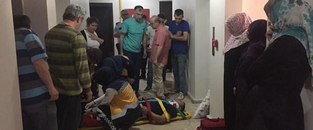 Çocuğunu kurtarmak isterken asansör boşluğuna sıkıştı