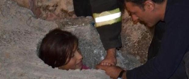 Çukura düşen çocuk iki saatte kurtarıldı
