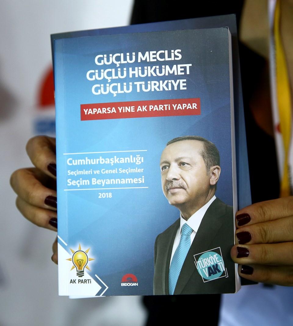 Toplantı salonunda görev yapan basın mensuplarına seçim beyannamesi kitapçıkları dağıtıldı.