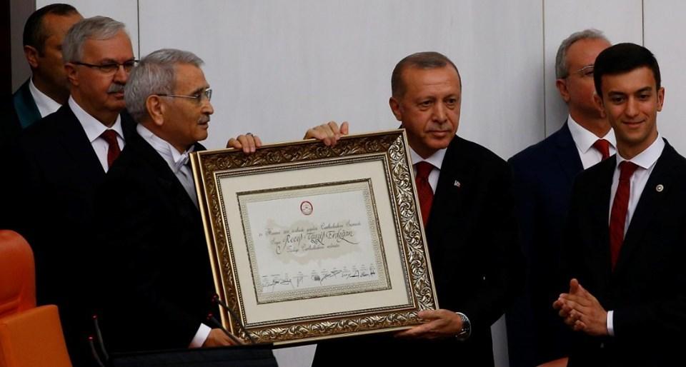 Geçici TBMM Başkanı Durmuş Yılmaz, Cumhurbaşkanı Erdoğan'a mazbatasını verdi.
