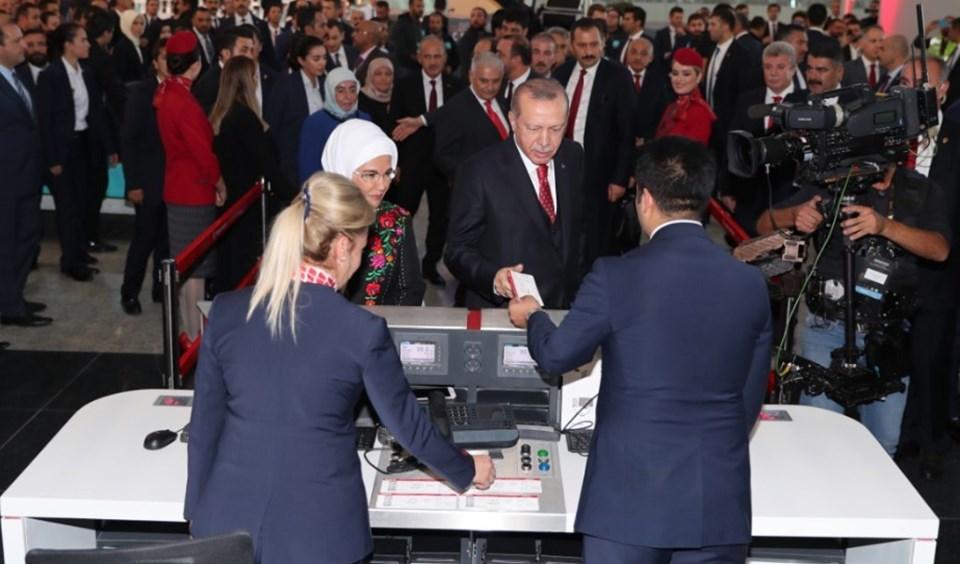 THY yetkilileri ilk bileti Cumhurbaşkanı Erdoğan'a verdi.