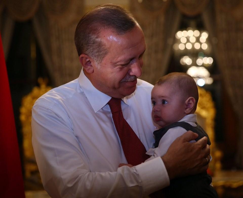 """Cumhurbaşkanı Erdoğan, kişisel Twitter hesabından kucağında ufak bir çocukla fotoğraf paylaşarak """"Bugün küçük Tevfik'le tanıştık..."""" ifadelerini kullanmıştı."""