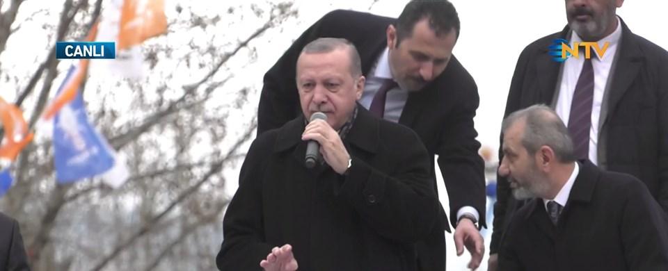 Cumhurbaşkanı Erdoğan Tokat'taki İl Kongresi'nin düzenleneceği salona girmeden önce konuşma yaparken.