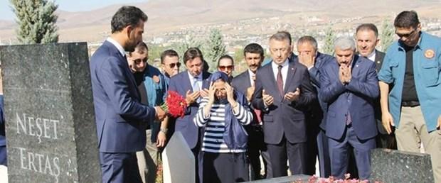 Cumhurbaşkanı Yardımcısı Fuat Oktay'dan Neşet Ertaş'ın kabrine ziyaret