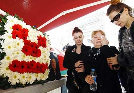 Tiyatro ve seslendirme sanatçısı Osman Gidişoğlu'nun eşi Selma Gidişoğlu, usta oyuncunun tabutu başında gözyaşı döktü.