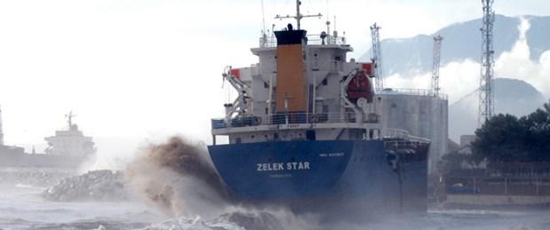 Dalgalar gemiyi karaya sürükledi