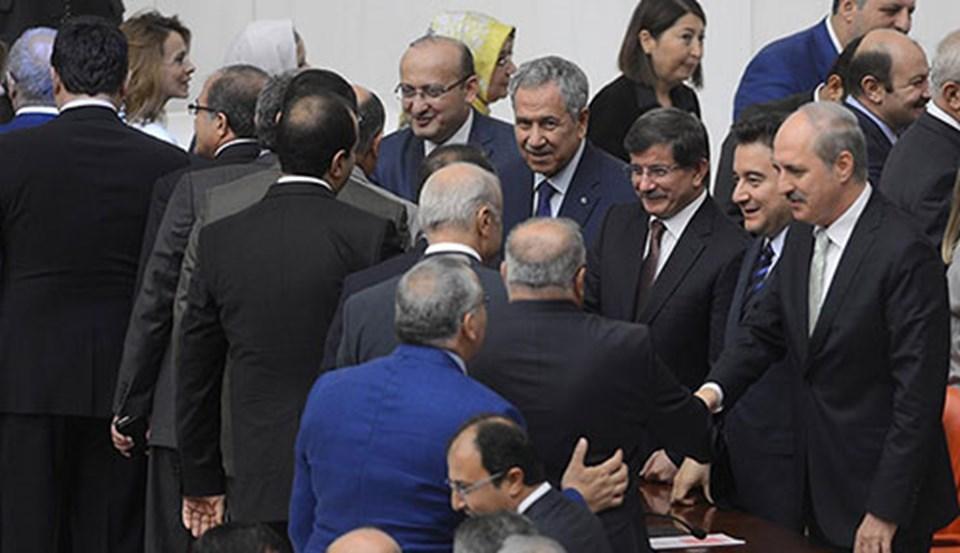 Başbakan Ahmet Davutoğlu, Başbakan Yardımcıları Numan Kurtulmuş, Ali Babacan, Bülent Arınç ve Yalçın Akdoğan, güven oylamasının ardından tebrikleri kabul etti