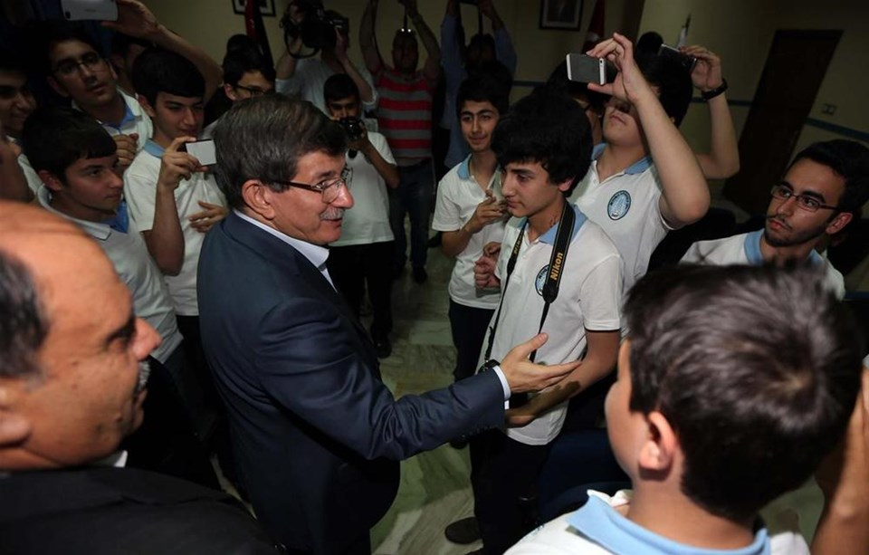 Davutoğlu'dan yemekhane 'selfie'si