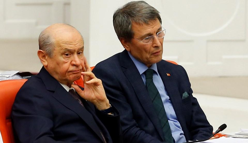 Bahçeli'nin, oturumda parti yönetimine muhalif tavır alan Yusuf Halaçoğlu ile yan yana oturması dikkat çekti.