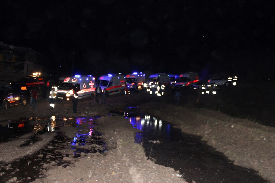 Patlamanın etkisi ile olay yerinde büyük bir çukur oluştu, bazı araçlar ile çevredeki çok sayıda ev hasar gördü.