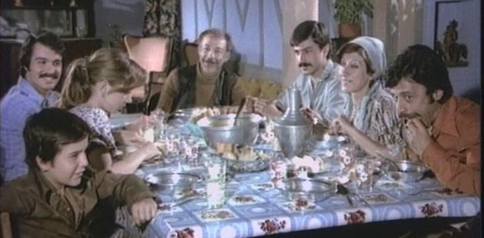 1976 yapımı Aile Şerefi adlı filmdeMünir Özkul, Adile Naşit, Itır Esen ve Şevket Altuğ gibi usta oyuncular rol almıştı