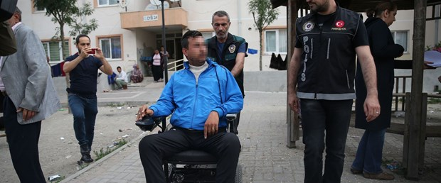 tekerlekli-sandalyeyle-uyusturucu-sattigi-iddiasiyla-gozaltina-alindi_5940_dhaphoto4.jpg