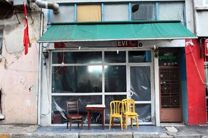Olaylar sırasında camları kırılan müzisyenler kahvehanesi...
