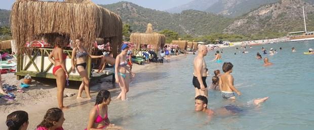 dunyaca-unlu-plajda-denize-sifir-loca-tepkisi_9007_dhaphoto6.jpg