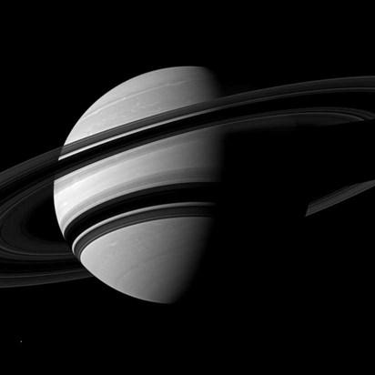 Cassini'nin 15 Haziran'da, Satürn'ün güneyinde, halkalarının karanlıkta kalan kısmından 14 derece aşağıda bu fotoğrafı çekti. Gezegenden 2.9 milyon kilometre mesafeden çekilen karede, 504 km genişliğindekiEnceladus, sağ altta ufak bir nokta olarak görülü