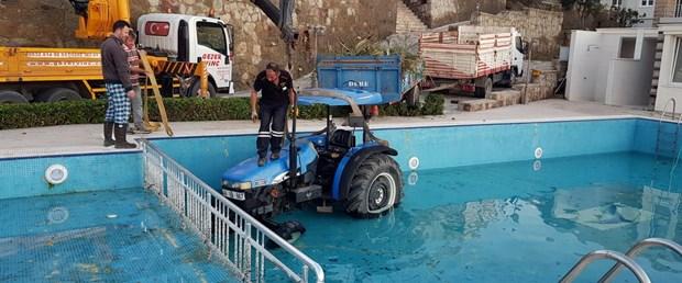 el-freni-cekilmeyen-traktor-yuzme-havuzuna-dustu_7928_dhaphoto3.jpg