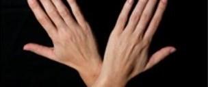 Elleri çapraz tutmak 'acıyı azaltıyor'