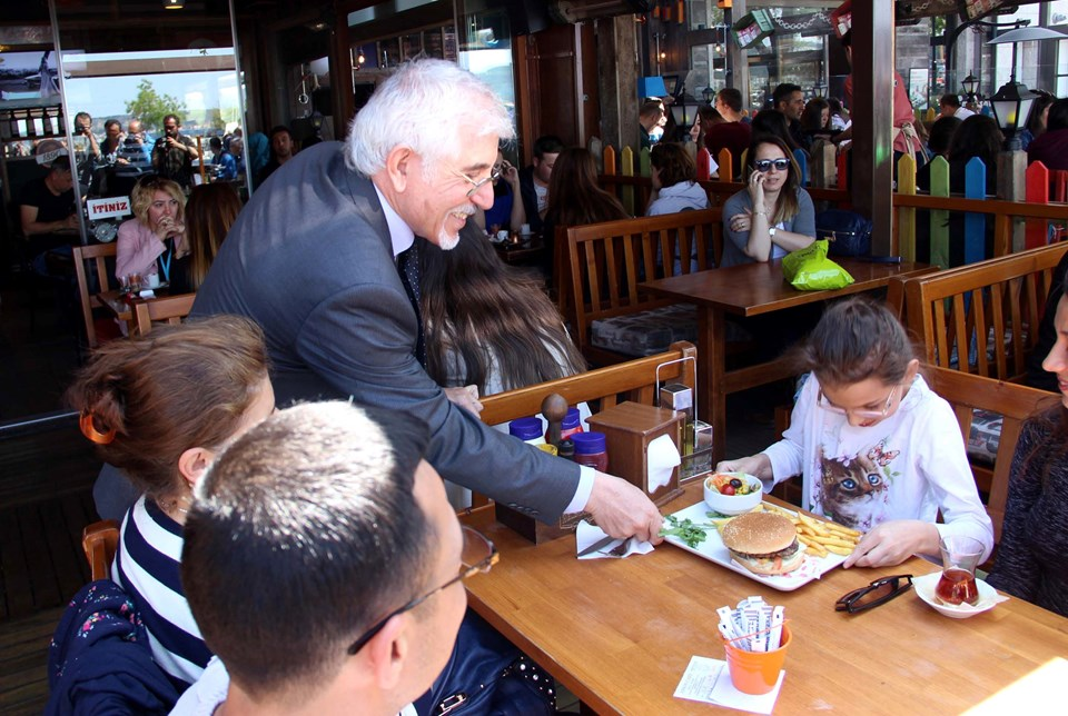 Prof. Dr. Doğan Perinçek yardıma muhtaç öğrencilere destek için garsonluk yaptı.
