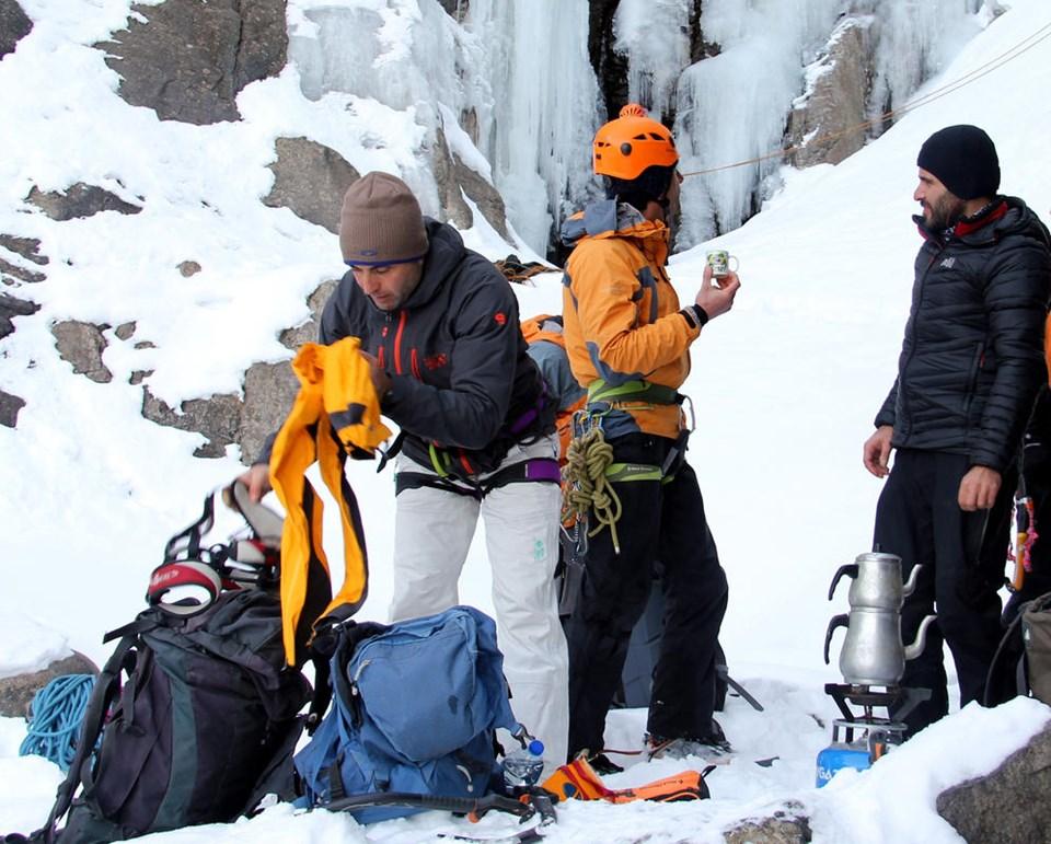 En uzun donmuş şelaleye tırmandılar