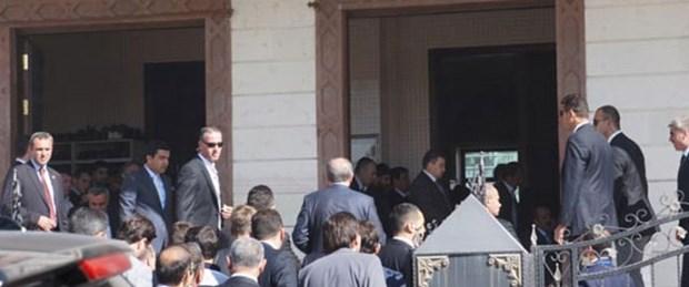 Erdoğan cami kapısı girişinde namaz kıldı