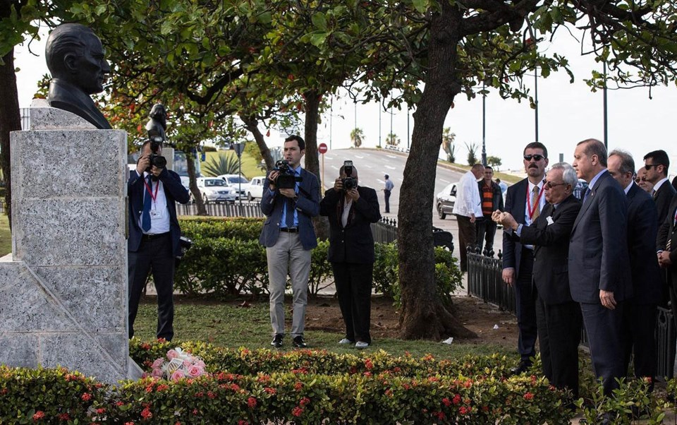 Cumhurbaşkanı'nın Küba'daki duraklarından biri de, Havana'daki Atatürk büstü oldu. Erdoğan, 2008 yılında dikilen ve Türk heykeltraş Metin Yurdanur'un eseri olan büstü ziyaret etti.