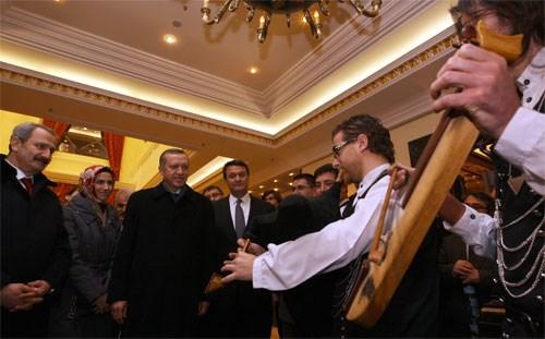 Başbakan Erdoğan, Moskova'da kaldığı otele gelişinde kemençe ile karşılandı.