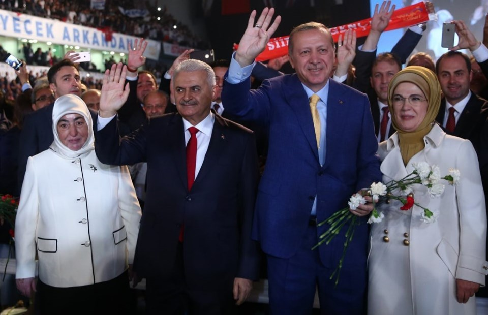 Salona birlikte giren Erdoğan ve Yıldırım partilileri selamladı.