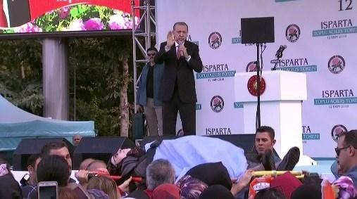 Erdoğan'ın konuşması sırasında fenalaşan bir vatandaş sedye ile götürüldü.
