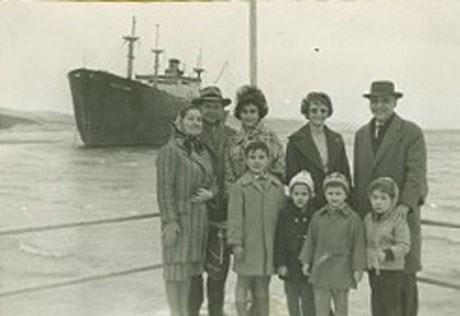 Ahmet İnsel'in aile albümünden. (Kilyos'ta karaya oturan gemi gezmesi, 1964)